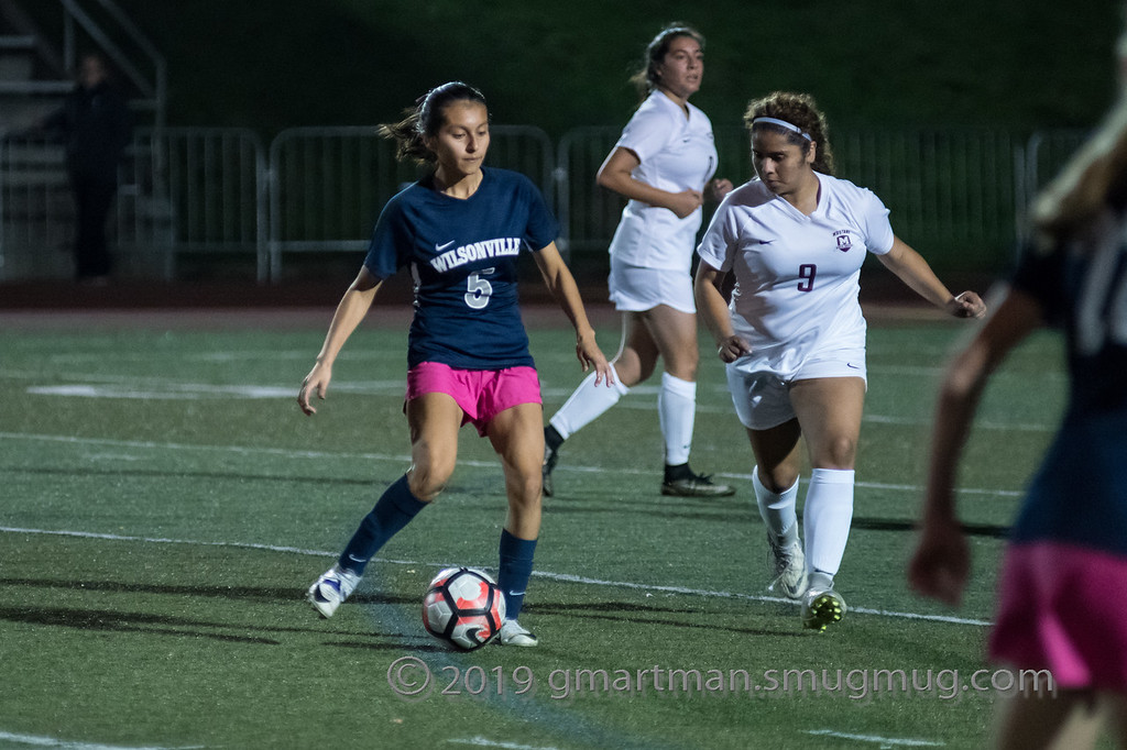 Araxi Martinez passes to her teammate.